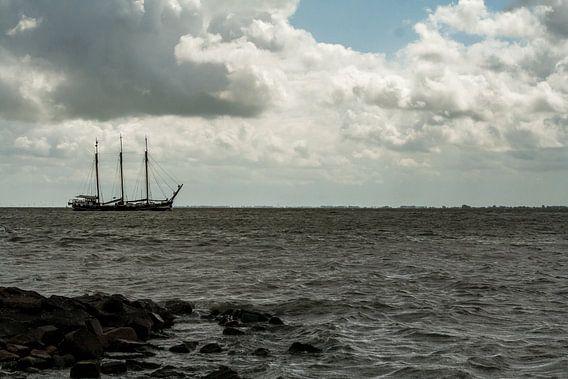 Schip op Ijsselmeer  van Chris Tijsmans