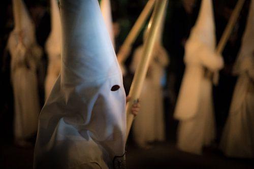 Lid van een broederschap  tijdens een processie  in de semana santa in Sevilla. Wout Kok One2expose van