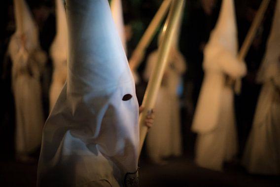Lid van een broederschap  tijdens een processie  in de semana santa in Sevilla. Wout Kok One2expose van Wout Kok