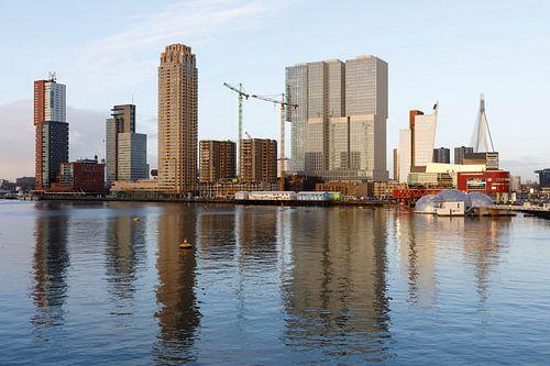 Rijnhaven met uitzicht op de Wilhelminapier van Rick Keus