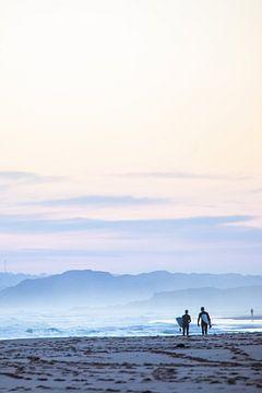 Surfers in Cape Woolamai van Mark Thurman