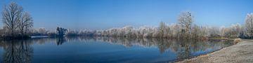 Panoramisch uitzicht op een meer in de winter met bomen en rijp. van Hans-Heinrich Runge