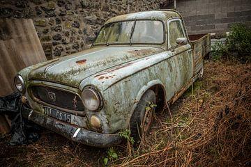 Oude blauwe Peugeot pickup truck in schuur in dorpje in Frankrijk van Joost Adriaanse