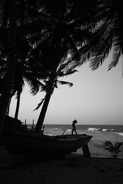 Kind in Brasilien spielt auf einem Boot von Reto Meier