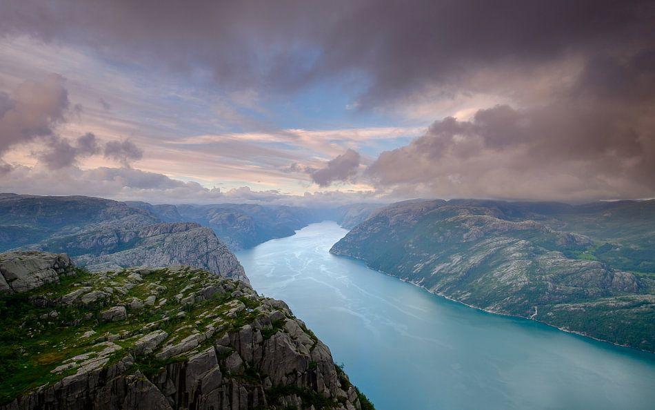 Zonsondergang op de Preikestolen, Lysefjord, Noorwegen van Koos de Wit