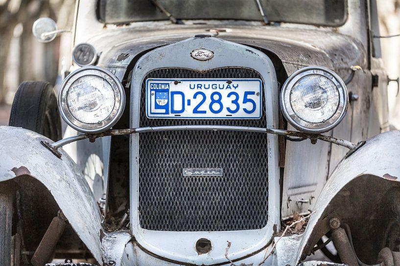 Witte klassieke A-Ford 1931 met grill en koplampen in de straten van Colonia del Sacramento, Uruguay van Jan van Dasler