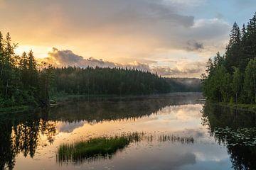 Schwedischer See bei Sonnenuntergang von Axel Weidner