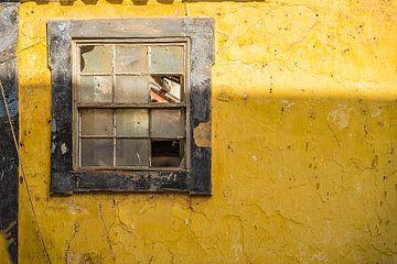 Kapot raam in oud gebouw van Fred Leeflang