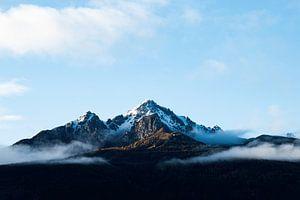 Besneeuwde bergtop in de herfst van Hidde Hageman