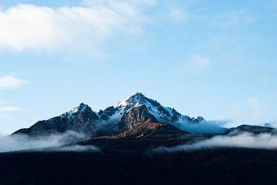 Besneeuwde bergtop in de herfst