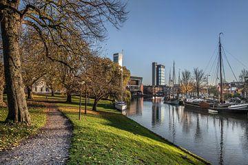 Zicht op de stadsgracht van Leeuwarden vanaf de Westerplantage van Harrie Muis