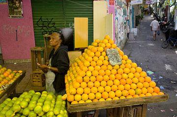 Marktvrouw in Rio de Janeiro, Brazilië van Kees van Dun
