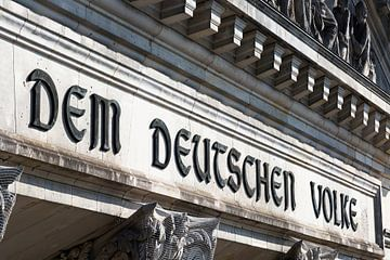 Schriftzug auf dem Hauptportal des Berliner Reichstagsgebäudes von Frank Herrmann