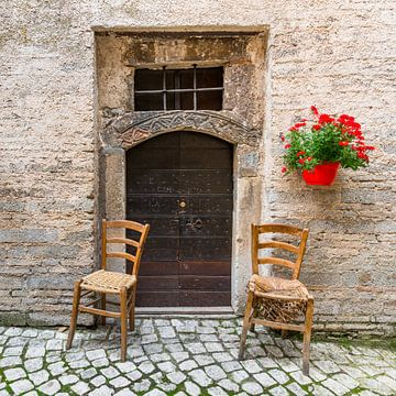 Stoeltjes voor oude Italiaanse deur von Jenco van Zalk