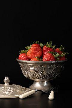 Stilleven Zilveren schaaltje met aardbeien van Gaby Hendriksz