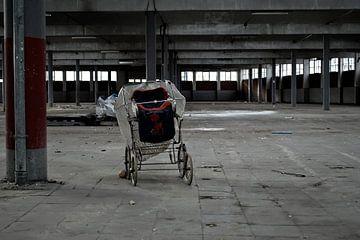 Foto van de verlaten markthallen in Meppel. van Therese Brals