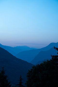 Blaue Lichtschichten bei Sonnenaufgang in der Nähe von Courchevel, Frankreich.