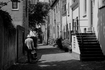Oude man in Amersfoort van Inge Hogenbijl