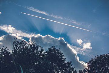 Blauwe lucht wolk in Utrecht ondergaande zon van Lisanne Koopmans