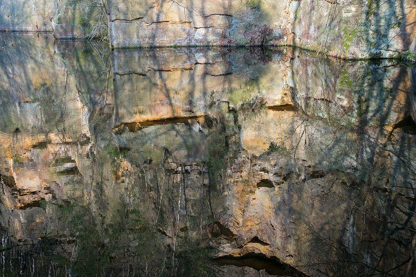 Spiegelung im Steinbruch 3 von Adriana Mueller