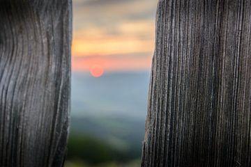 Zonsondergang achter een hek van Philippos Kloukas