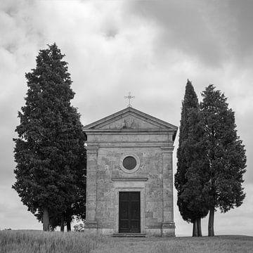 Italien im Quadrat schwarz und weiß, Cappella Madonna di Vitaleta von Teun Ruijters