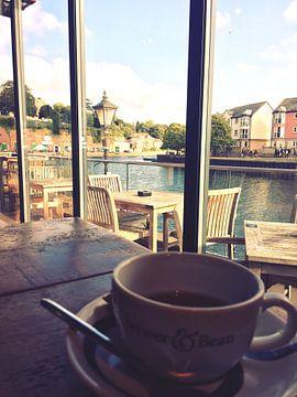 Kaffee Pause mit schöner Aussicht am Hafen van Jokingly Kama