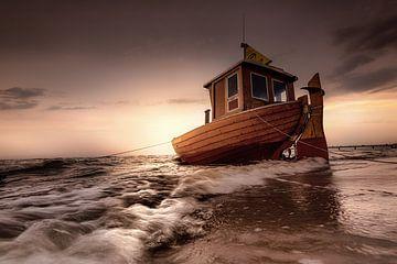 Fischerboot an der Ostsee zum Sonnenaufgang. von Voss Fine Art Fotografie