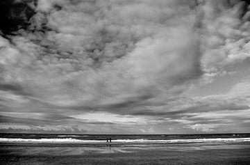 Het strand van Hoek van Holland met wolkenlucht von Peter Hofwegen