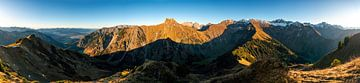 Panorama uitzicht over de Allgäu hoge alpen van Leo Schindzielorz