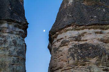 Maan tussen de rotsen in Cappadocie, Turkije van Johan Zwarthoed