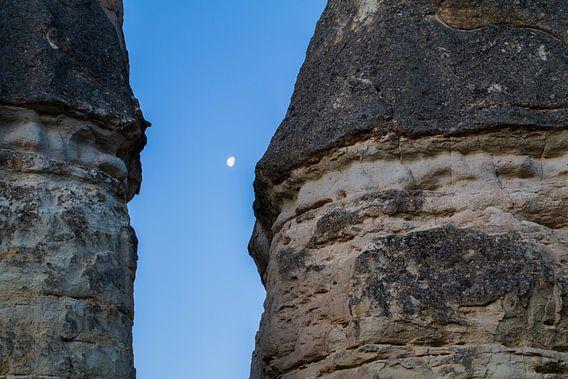 Maan tussen de rotsen in Cappadocie, Turkije