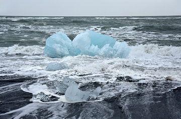 Blaue Eisscholle am Strand nahe Eismeer Jokulsarlon, Island von Jutta Klassen
