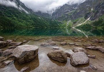 Landschaft mit See, Bergen und Felsen von Marcel van Balken