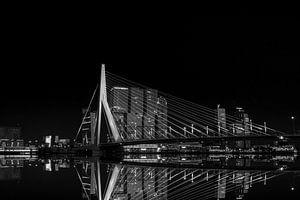 De Erasmusbrug in Rotterdam in spiegelstijl van