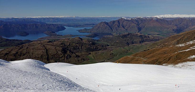 Uitzicht op lake Wanaka vanaf Treble Cone in Nieuw Zeeland van Aagje de Jong