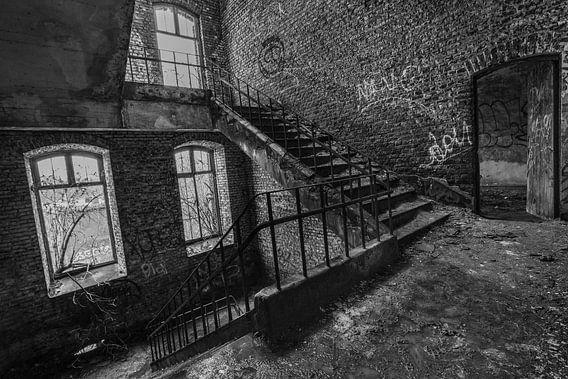Urbex exploration trappen in mooi zwart wit foto