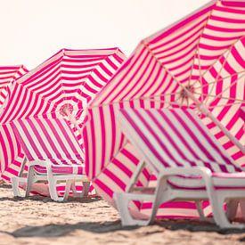 Strandstoelen en parasols aan de Belgische kust van Evelien Oerlemans