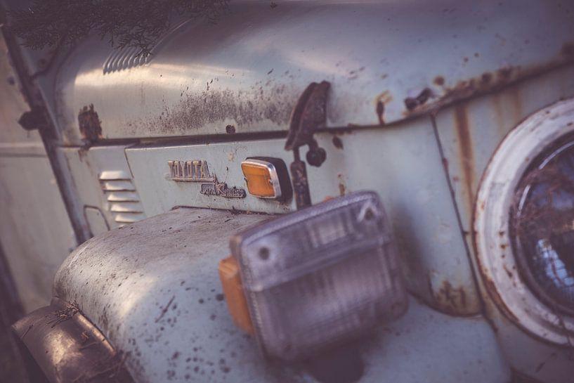 Ouderwetse roestige auto - close up van Studio W&W