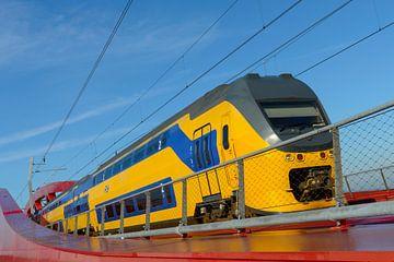 NS intercity trein op de Hanzeboog brug bij Zwolle van