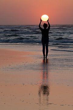 Silhouette van vrouw die zon vasthoudt van Wad of Wonders
