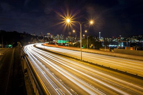 Long exposure van verkeer op ringweg en nachtelijk skyline , Seattle, Washington, United States van