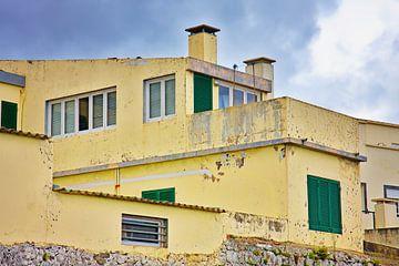 Gele versleten betonnen huis van Jan Brons