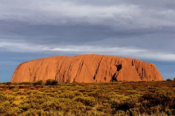 Donkere lucht boven Uluru, Australië van Inge Hogenbijl