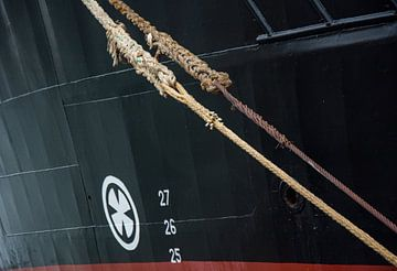 Afgemeerd in de haven van IJmuiden in de regen. van scheepskijkerhavenfotografie