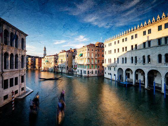 Blick von der Rialtobrücke in Venedig am Abend