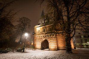 Cellebroederspoort in Kampen tijdens een koude winternacht