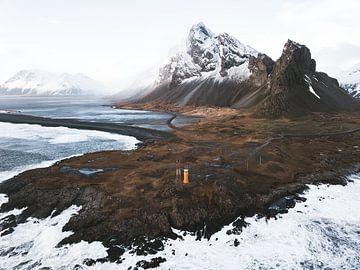 Leuchtturm und Strand in Island in der Nähe des Eystrahorns von Michiel Dros