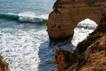 De zee en de kliffen in Portugal van elma maaskant