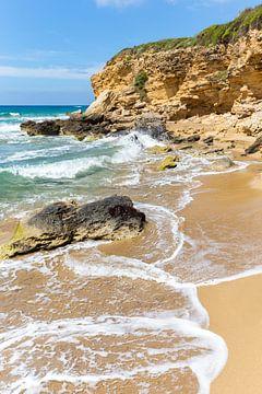Grieks landschap met bergen rotsen kust en strand en zee van Ben Schonewille